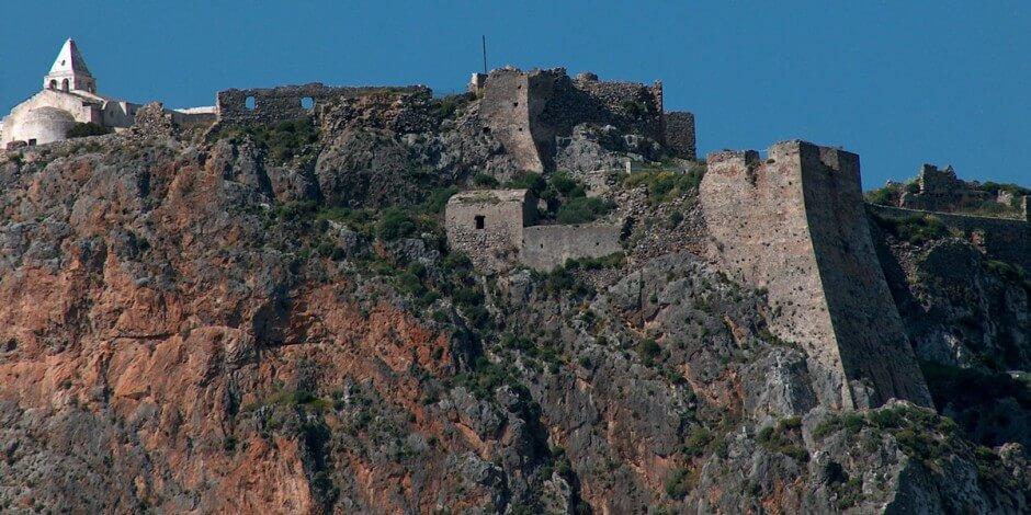 Χτίστηκε το 13ο αιώνα από τους Βενιέρ. Ανακαινίστηκε το 1503 από τους Ενετούς. Αποτελείται από το κύριο οχυρό και από μία παράπλευρη έκταση με δεύτερη οχύρωση που περικλείει τον οικισμό Μέσα Βούργο. Στο Κάστρο υπάρχουν οι εκκλησίες της Παναγίας Μυρτιδιώτισσας, της Παναγίας Ορφανής, του Παντοκράτορα και ο Άγιος Ιωάννης. Στο κάστρο υπάρχουν ακόμα το Ιστορικό Αρχείο Κυθήρων που στεγάζεται στο παλάτι των προβλεπτών το παλιό διοικητήριο και οικίες ευγενών. Στον οικισμό Μέσα Βούργο υπάρχουν 14 εκκλησιές. Στα βράχια του Κάστρου φυτρώνει η σεμπρεβίβα, το φυτό με το κίτρινο λουλουδάκι. Η θέα από το Κάστρο είναι μοναδική.